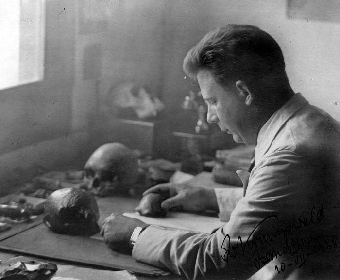 COLLECTIE_TROPENMUSEUM_Dr._G.H.R._von_Koenigswald_tijdens_onderzoek_naar_schedels_op_Java_TMnr_10018632